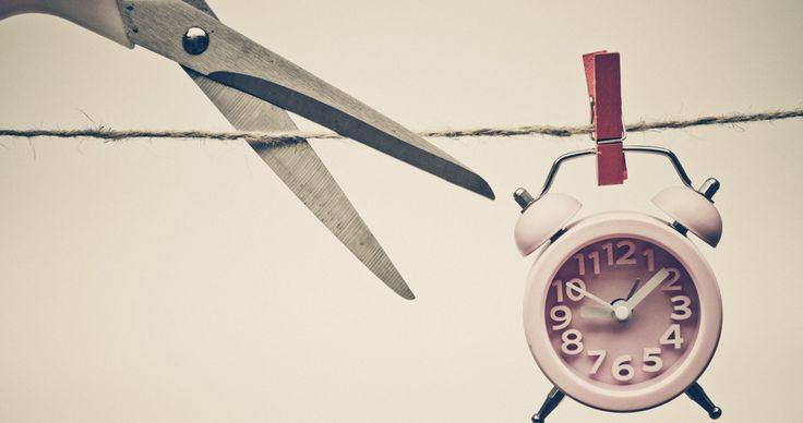 Procrastinar significa adiar, deixar para depois, postergar algo que é necessário ser feito.