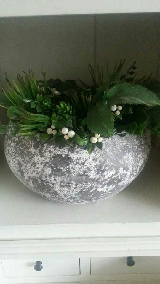 Greywas verf vd action gemengd met inhoud van 2 koffiepads, laten drogen en daarna bloem erover gestreken