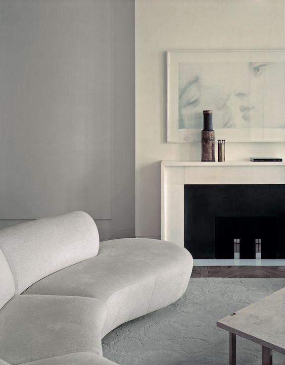 Lignes claires, stylisation extrême… voici le choix de l'architecte d'intérieur Pierre Yovanovitch pour cet appartement recélant de très belles collections de design américain et de photographie.