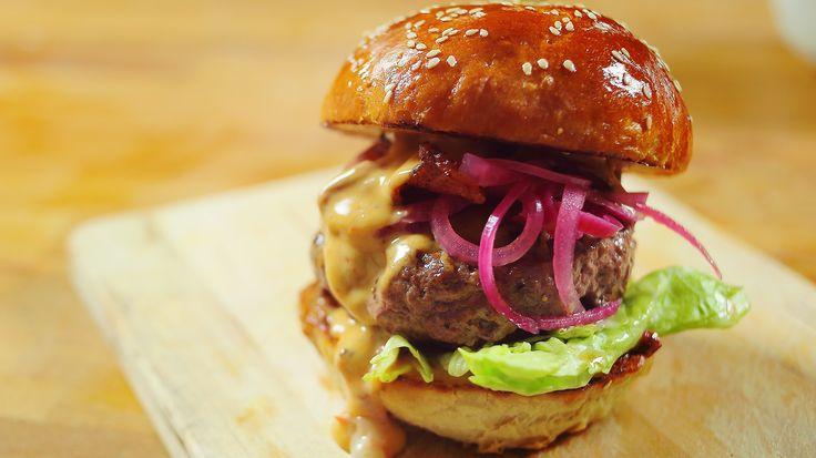 Hogy készül a tökéletes házi hamburger buci? Mi a titka egy valódi hamburger húsnak? Mitől lesz csodaszép színe a savanyított hagymának? Mi az ultimate hamburger szósz? Megannyi kérdés, amelyekre a válasz a videóban érkezik.Hozzávalók:A bucihoz (10 db):75 dkg liszt1 tk só70 g…