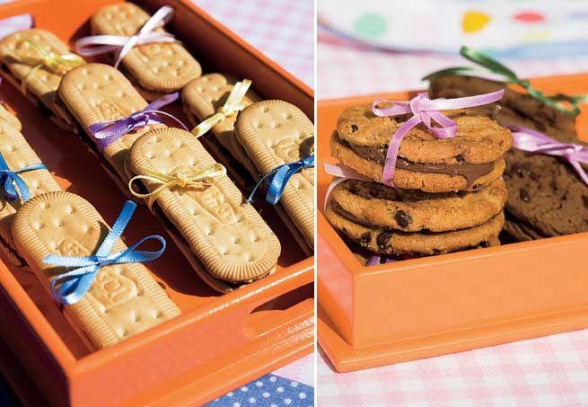 Bolachas e cookies recheados. Com esse lacinho fica uma gracinha!
