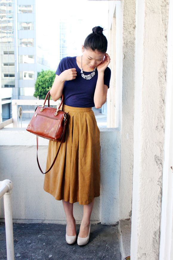 Midi skirt (or culottes) + t-shirt + collar necklace.
