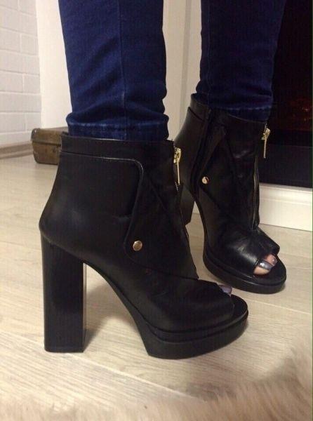 Модные женские ботильоны с открытым носком на каблуке черные