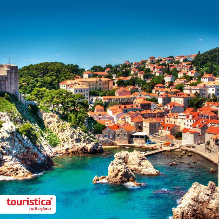 Adriyatik Denizi kıyılarında, orta çağ'dan kalma tarihi eserleriyle ünlenen Dubrovnik  adeta bir açık hava müzesi.  #touristica #tatilaşkına #adriatikinincisi #dubrovnik #hırvatistan