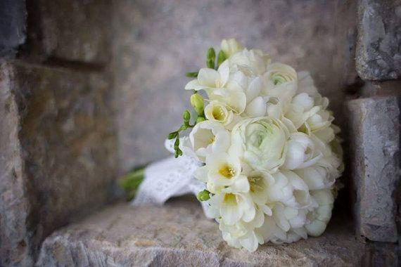 Buchet de Mireasa Elegant. Ranunculus lalele si by JuliasRoseShop