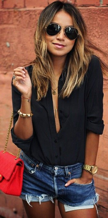 Pantalones cortos con camiseta negra que sabiendo lucir hace un look sexy