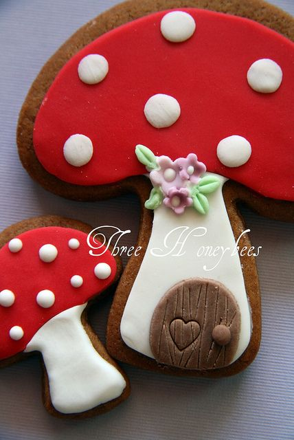 Fada Casa Toadstool por três abelhas, via Flickr: Fairy Houses, Fairies Mushrooms, Doors Mushrooms, Fairies Houses, Cookies Mushrooms, Toadstool Cookies, Houses Toadstool, Fairies Cupcakes, Toadstool Mushrooms Cookies