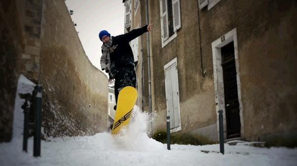 Snow board dans les rues de Poitiers, hiver 2012