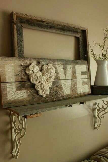 Bord Love Gemaakt van sloophout en een restje verf... De tekst op het hout en als het droog is eventueel even doorschuren  Een paar (gedroogde) roosjes en je hebt weer iets mooi's aan de muur wat weer niets gekost heeft.
