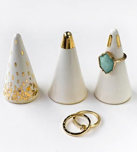 Soporte para anillos  http://scoutmob.com/p/Gold-Tipped-White-Ceramic-Ring-Holder-modern?ref=cat_home