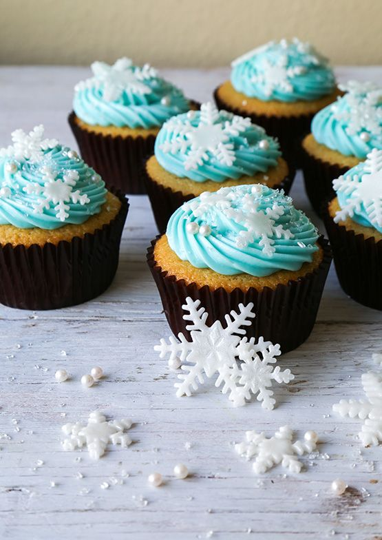 Offer snowfake cupcakes as a movie treat during your Frozen (Disney) movie party.  - A movie snack idea to help theme your movie event pinned by Southern Outdoor Cinema