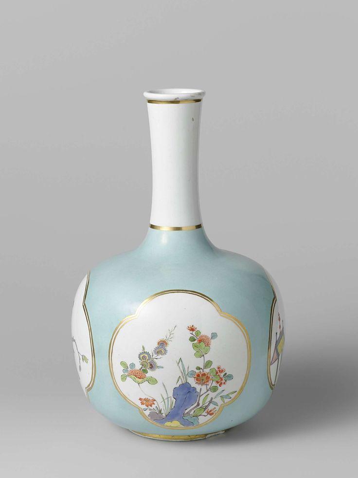 Meissener Porzellan Manufaktur | Vase, Meissener Porzellan Manufaktur, Johann Daniel Rehschuh, c. 1730 | Vaas van beschilderd porselein. De vaas heeft een afgeplat bolvormig lichaam en een lange slanke hals. Het lichaam is bedekt met een turkooise fond, waarin vier vierpassen zijn uitgespaard met dubbele gouden randen. Hierin zijn geschilderd een man op een geel paard bij een afdak, aan de andere kant twee vogels op takken met bloemen en in beide andere uitsparingen Indianische Blumen bij…