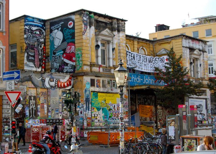 Símbolos de movimientos sociales que pelean por el derecho a la vivienda, las casas okupa se llenan de arte y de reivindicaciones..a la sombra del desalojo.