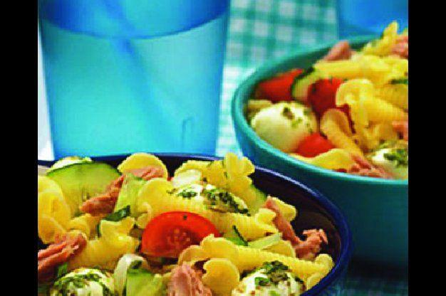 Těstovinový salát se zeleninou a tuňákem | Apetitonline.cz