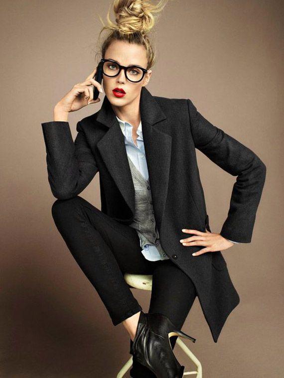 Non pas les fausses lunettes ^^  (Une chemise blanche + blazer noir + messy bun + lunettes tendances = le parfait combo pour un look de working girl ! #lunettes #glasses #workinggirl)