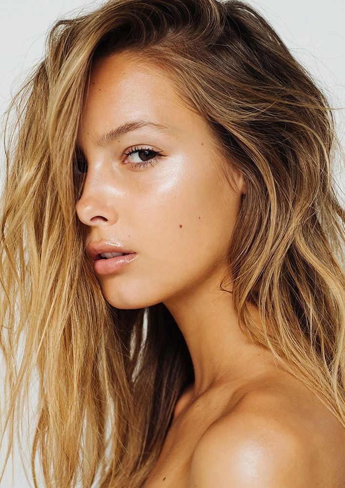 LOVE this look!! Minimal spring makeup. Looks like ultra moisturized skin, foundation, highlighter and barely-there mascara is all + lip gloss. LOVE.