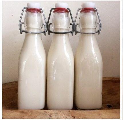 amandelmelk is zo puur als je het zelf maakt. Je word in de winkel vaak genept met maar 6% amandelen in je melk. dus zelf maken is veel (h)eerlijker.