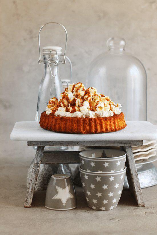 <p> Hoy traigo una receta muy divertida y perfecta para quienes les gusta sorprender... una tarta de palomitas!!! Una base de bizcocho cremoso, un Swiss Meringue Buttercream de caramelo salado delicioso y una montaña de palomitas de maíz bañadas en…</p>