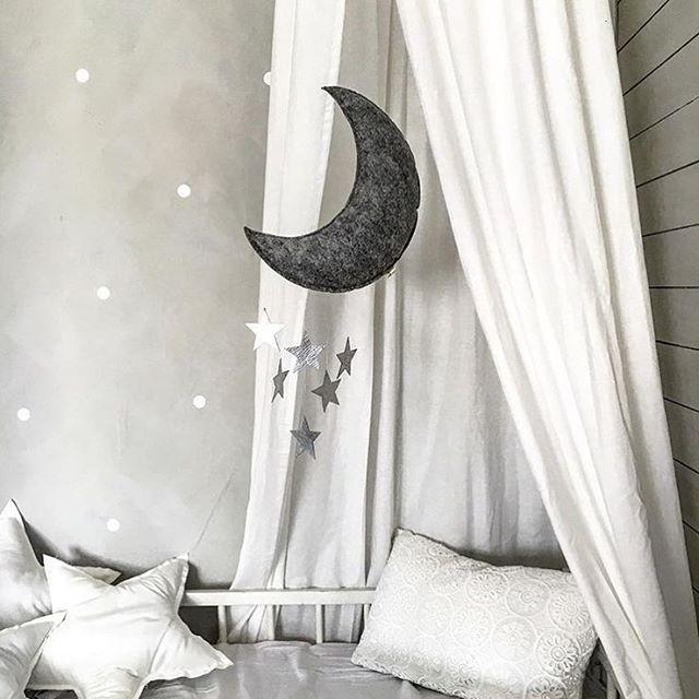 🌙 the moon and the stars ⭐️ Åh for et stemningsfullt og fint bilde, og så utrolig vakker uroen fra @kongessloejd er👆🏼😍 Nå finner man uroer i alle mulige varianter - luftballonger, fjær og skyer er bare noe av alt det skjønne som finnes!🙌🏼 Men jeg må si at denne er min personlige favoritt (enn så lenge)!👆🏼☺️ Månen er jo bare magisk!🌙 Har du en favoritt-uro?? Denne finner du blant annet hos @minikids.no og den koster kun 269,-. Regram: @livsglitter ✨ #fashionforminis1 #babyfashion…