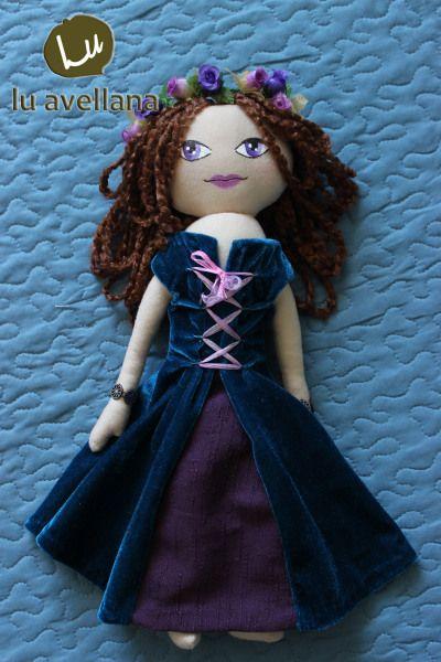 MANUALIDADES MUÑECA DE TELA – Princesa Colorina Muñeca confeccionada en tela con rostro pintado a mano. Inspirada en la edad media, vestido de terciopelo turquesa con detallemorado y cinta, pulser…