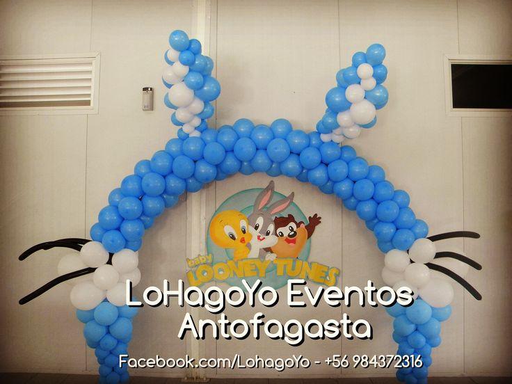 Maravilloso arco de globos con orejas de Bugs Bunny para cumpleaños, temática Loney Tunes.