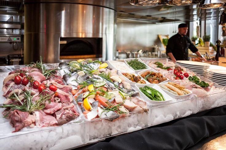Sofitel, Market Brunch  Ha jégen tálalt tengeri herkentyűkből akarsz válogatni, utazás nélkül, itt korlátlan fogyasztással megteheted, személyenként 8000 forintért. Ráadásul mesterszakácsok készítik el belőle az ételt, amire vágysz, ott, a szemed előtt:      Mikor Jeremy…