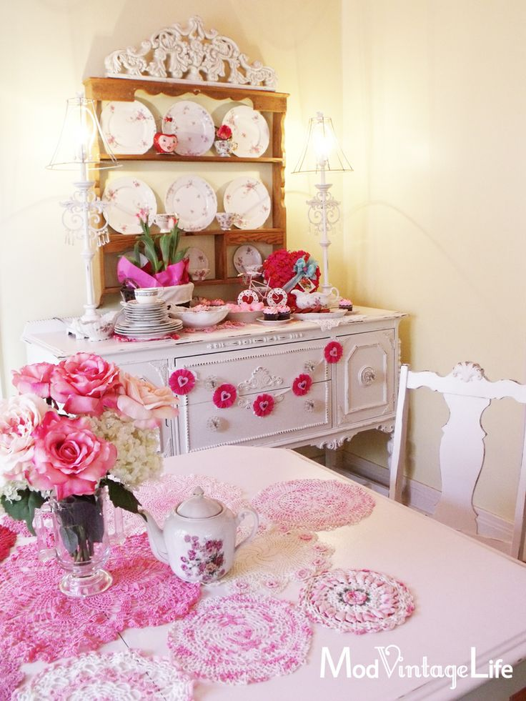 Pretty dining room decor for v day valentines for Room decor valentines