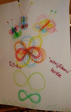 Lenmiscaat bloem en vlinder. Goed voor samenwerking hersenhelften, doorkruisen middenlijn en natuurlijk de schrijfmotoriek.