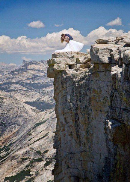 Потрясающий свадебный снимок на вершине горы