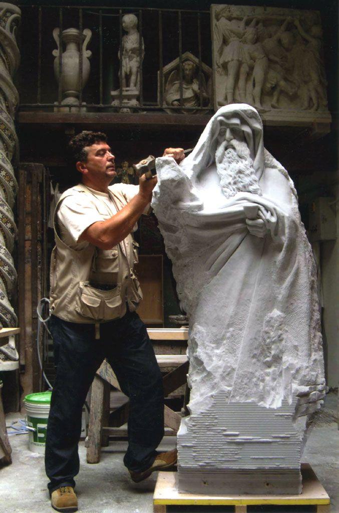 La Bottega: lavoro e passione dal 1296  Marcello lavora nella Bottega dell'Opera di Santa Maria del Fiore da più di trenta anni. Gli abbiamo chiesto di raccontarci la sua esperienza, sul lungo filo che collega gli artisti del Trecento a quelli di oggi. http://operaduomo.firenze.it/blog/posts/la-bottega-lavoro-e-passione-dal-1296