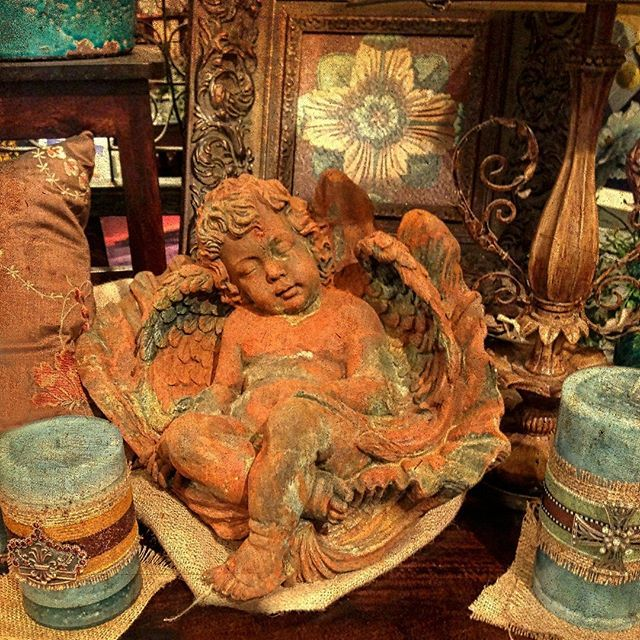 Happy Monday! What are you doing today? I spend the weekend decorating little vignettes around the house and will be working on some new portraits today. #fall #seasonaldecor #decorationinterieur #frenchdecor #sunday #frenchgardenhousestyle #antiquedealersofinstagram #frenchantiques #religiousantiques #antiques #mybeautifulhome #howyouhome #frenchcountry #frenchcottage #frenchdecor #cottaged decor #inspiremehomedecor #frenchhomedecor #howyouhome #romantichome