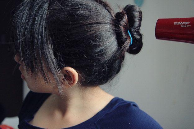 Consiga ondas naturais fazendo um coque enquanto seca o cabelo. | 26 truques rápidos de maquiagem que vão facilitar a sua vida
