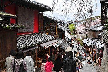 Higashiyama•••  Preserved historic district around Kiyomizudera.
