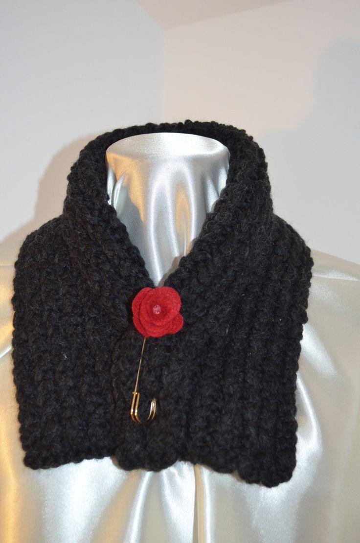 Sciarpa scalda collo, in lana d'alpaca nera, morbidissima, con spilla assortita…