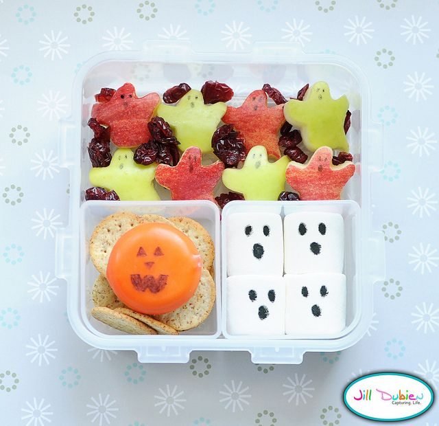 Here's another Halloween bento. Red and yellow apple ghosts with food marker faces and craisins. A cheddar babybel cheese with jack o'lantern face and crackers. Marshmallow ghosts made with food marker.