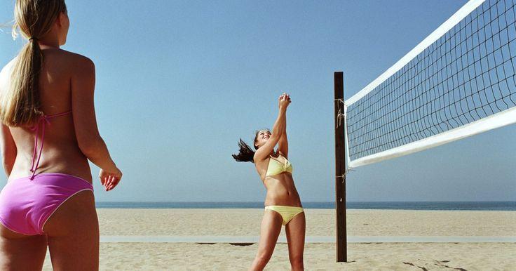 Consejos para la práctica del voleibol. El voleibol es un deporte muy popular jugado en los gimnasios, en el césped y en la playa. El voleibol parece muy simple a primera vista: Todo lo que tienes que hacer es golpear la pelota sobre la red donde tu oponente no pueda alcanzarlo. Jugar voleibol, sin embargo, pronto te enseña que hay estrategias y habilidades complejas que se necesitan ...