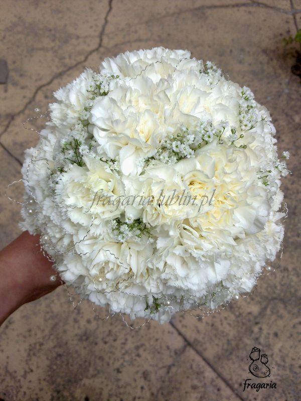 Biel nieodłącznie kojarzy nam się z ceremonią ślubną, lecz nie każda panna młoda marzy o białym bukiecie... Tu klasycznie, biało, goździk z dodatkiem gipsówki, delikatnym srebrnym drucikiem i drobn...