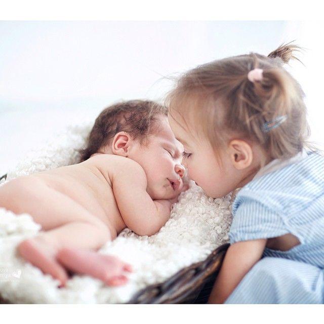 Нежного всем утра!  Глядя на такие трогательные отношения между малышами задумываюсь иногда, а не пора ли.. Но после недели без сна эти мысли почему-то улетучиваются  Мы по прежнему дома, лечим нос. Все это неизбежно, но так хочется уже нормальный режим и не болеть! Всем здоровья