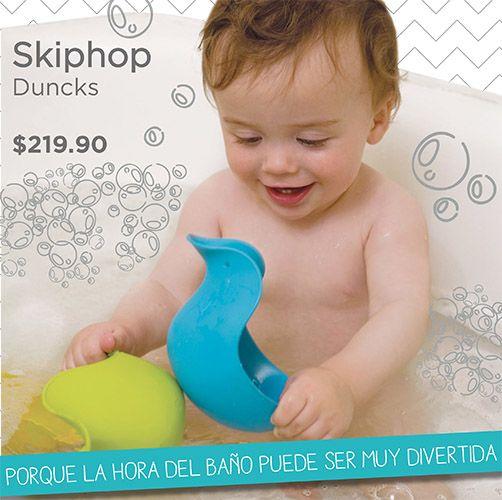 Ház del baño de tu bebé una experiencia divertida! Juguetes en forma de pato que te ayudan a enjuagarlo después del shampoo. #skiphop #bebe #mexico www.ebebe.mx