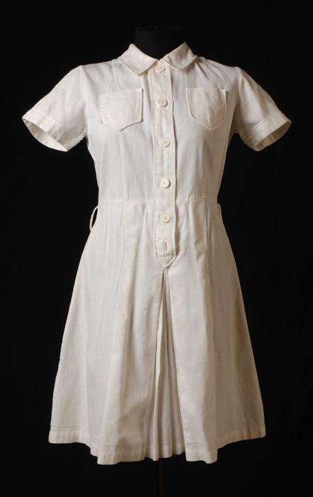 Witte tennisjurk, broekrokmodel, met knoopsluiting en korte mouw van Maison de Bonneterie (1937), Museum Rotterdam.