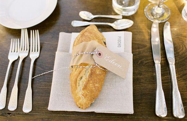 Que idéia apetitosa! Um baguete marcando o lugar do convidado!