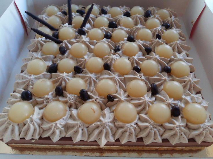 Je vous présente aujourd'hui un entremet que j'ai réalisé pour l'anniversaire de ma maman il y a quelques semaines. C'est un entremet mousse chocolat et spéculoos avec poire sur croquant pralinés de mon partenaire Fruits Secs du Web, il s'agit d'un praliné...