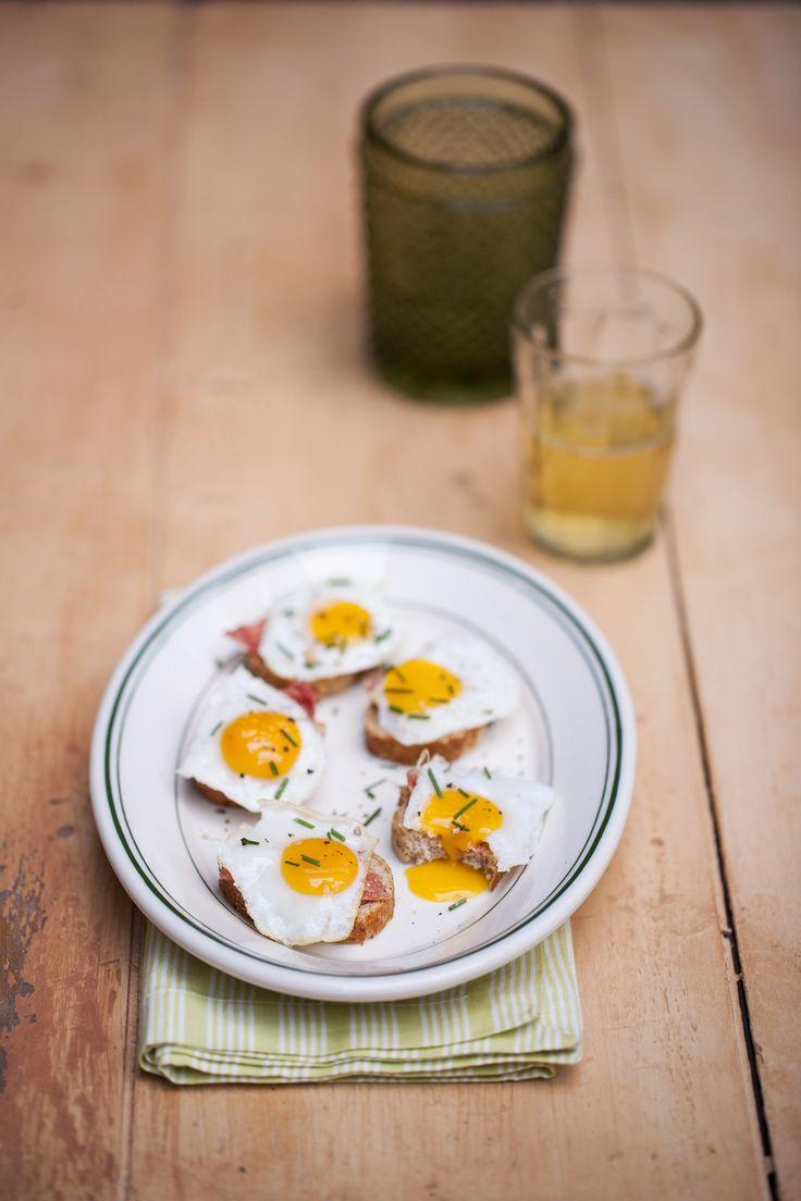 Ovos de codorna são pequeninos, manchados, pesam de 15 a 20g e dão o maior trabalho para descascar depois de cozidos. Ah, mas vale a pena, não vale? É um petisquinho bom demais – mas isso você já conhece. Vamos para um outro nível do preparo do ovo de codorna?
