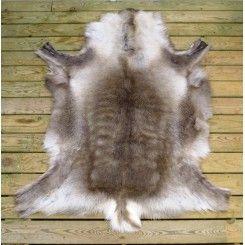 I naturlige, varme farver Dekorere hjemmet og få et cool nordic look med et rensdyrskind.  Størrelse: cirka 120 x 75 cm hårlængden cirka 4 cm OBS. Rensdyr skind er et dekorationsskind og ikke til at sidde eller ligge på. På grund af hule hårstrå kan skindet fælde. #rensdyrskind #naturescollection