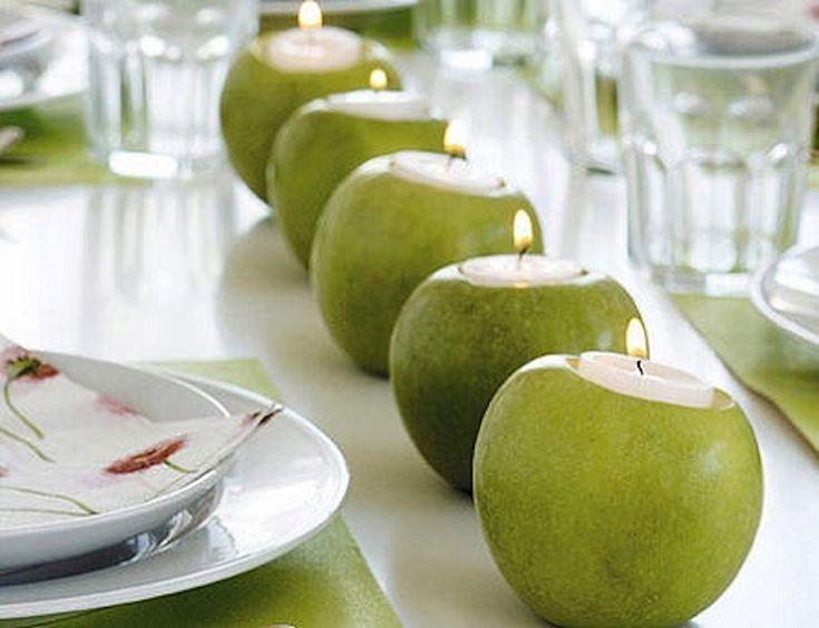 Manzanas verdes caladas con velas en el interior. La clave: ponerlas en línea recta todas juntas.