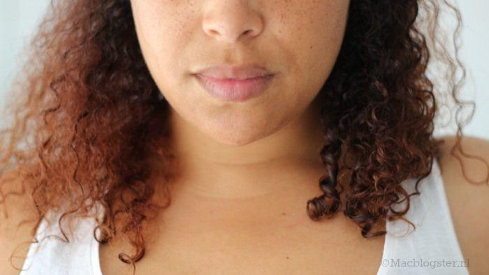 Deze haarverzorging gebruik ik om goed gedefinieerde krullen te krijgen (krullen en kroeshaar). Zie het verschil: links zonder haarverzorging en rechts met.