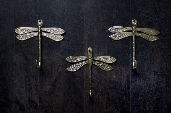 Vår storsäljare är nu tillbaka igen! Fin krok i mässing i form av en trollslända. • Höjd 15 cm.• Tillverkad av mässing.