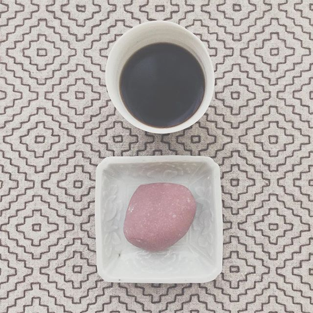 おはよう。おうち出たら、寒すぎてびっくり。細胞がきゅってするよ。 #coffee #珈琲 #コーヒー #亥の子餅 #和菓子 #wagashi #もちもち愛好家 #刺し子 #骨董 #nowplaying #stevereich #musicfor18musicians #coldcutremix #coldcut