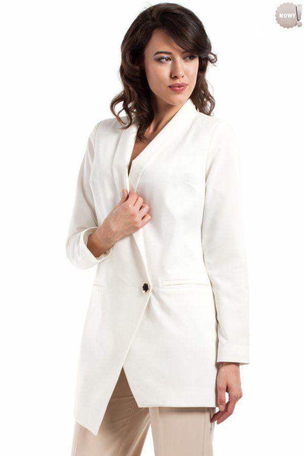 Asymetryczny żakiet zapinany na jeden ozdobny guzik (drugi kryty w spodzie), w całości na podszewce. #żakiet #kobieta #moda #trendy #biel