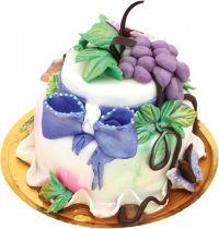 Tort Toamna de la cofetaria Candy Cat, cu foaie de rulada cu crema de vanilie, struguri proaspeti si decoratiuni din martipan.